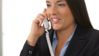 предприниматель, разговор по телефону — Стоковое видео
