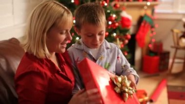 Mother and son unwrapping gift — Stock Video