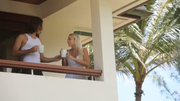 Par tomar café en el balcón — Vídeo de stock