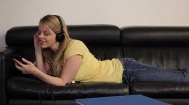 Mulher ouvir mp3 player — Vídeo stock