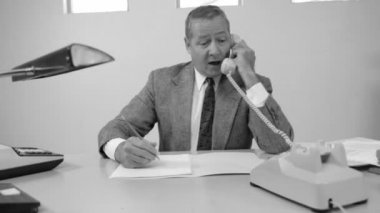 Businessman in office on telephone — Vídeo de stock