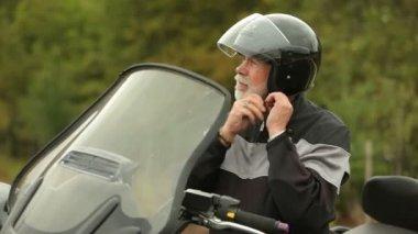 Man putting on helmet — Stock Video