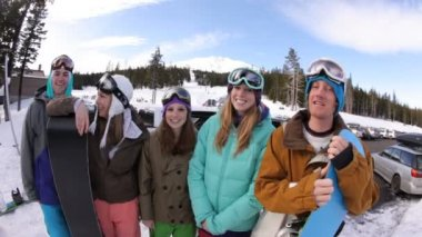 Group of snowboarders on the slopes — Stock Video