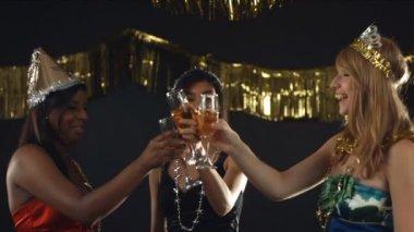 Girls celebrating New Year's Eve — Stock Video