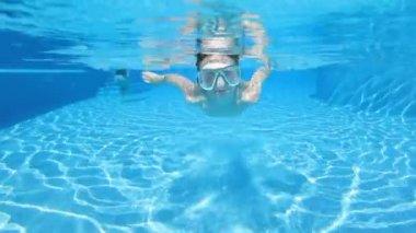 男孩在游泳池中游泳 — 图库视频影像