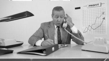 Businessman in office on telephone — Stock Video