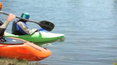 Kayakers prepare for ride — Stock Video