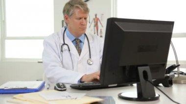 доктор, работающий над компьютером — Стоковое видео