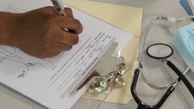 Nurse fills out paperwork — Video Stock