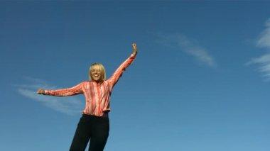 Woman jumps into sky — Vídeo stock