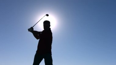 Silhouette of golfer teeing off — Stock Video