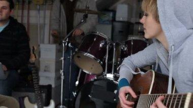 Kvinna spelar gitarr — Stockvideo