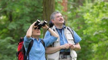 Couple enjoying the outdoors — Stock Video