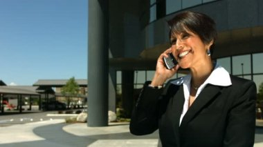 Cep telefonuyla konuşurken iş kadını — Stok video