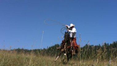 Cowboy swings lasso, — Stock Video