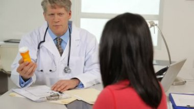 Doctor talks to patient — Vídeo stock
