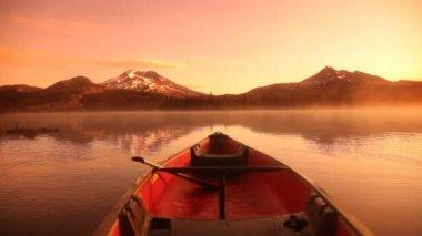 Canoe on lake at sunrise — Stock Video