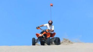 Man riding quad off — Stock Video