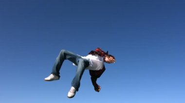 Boy flips and spins in sky — Stock Video