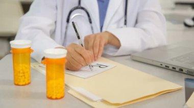 Médico escrever uma receita — Vídeo stock