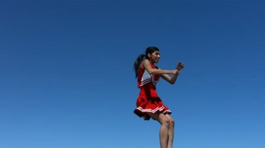 Cheerleader performs aerial stunt — Stock Video