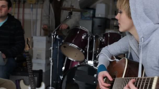 Woman plays guitar — Vidéo