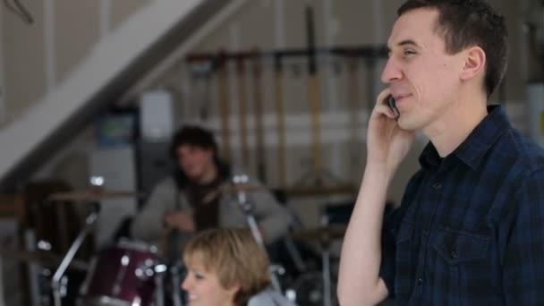 Man talking on cell phone — Vidéo