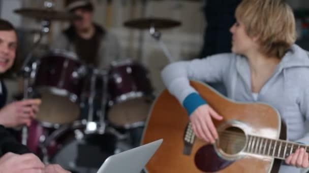 Tocando la guitarra mujer — Vídeo de stock