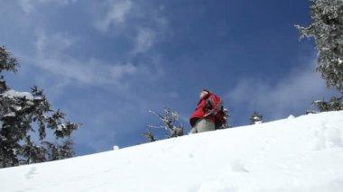 Snowboarder springt von Hügel — Stockvideo
