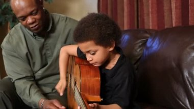 Son to play guitar — Stock Video