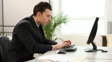 Man making money online — Stock Video