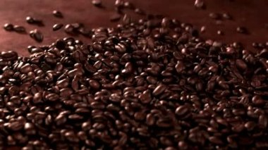 Coffeebeans falling into pile — Stock Video
