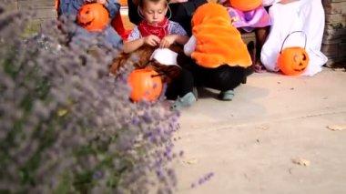 Dzieci w kostiumy na halloween — Wideo stockowe