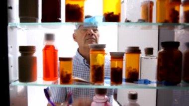 Man takes pills — Stock Video