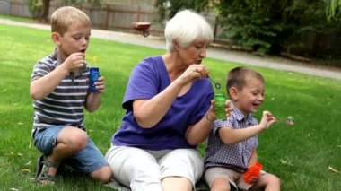 Family blowing bubbles — Stock Video