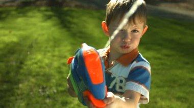 Boy spraying squirt gun — Vídeo stock