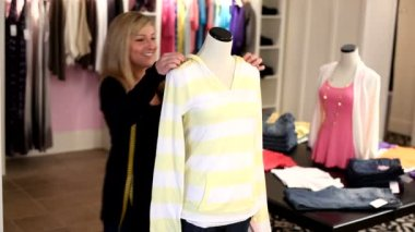 Woman fits manikin with clothing — Stock Video