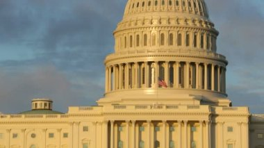Flag waving on US Capitol Building — Stock Video