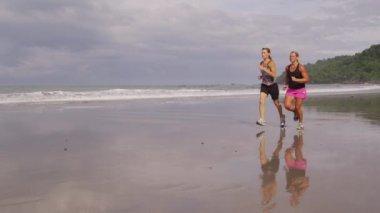 Freunde, die laufen am strand — Stockvideo