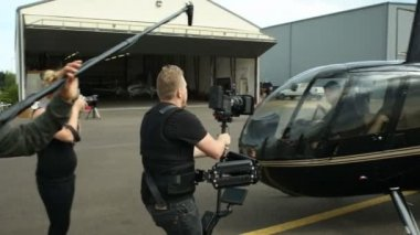 Man gets into helicopter — Stock Video