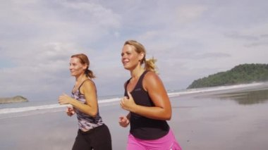 Women running together — Stock Video