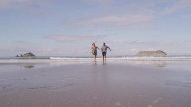 Пара на пляже — Стоковое видео