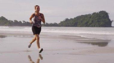 En cours d'exécution sur la plage — Vidéo