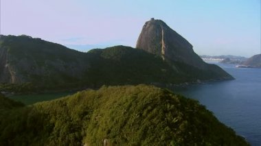 Flying towards Sugarloaf Mountain — Stok video