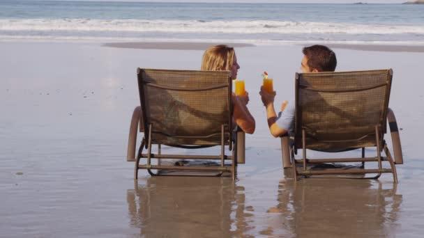 Pareja con cócteles tropicales — Vídeo de stock