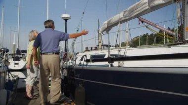 Senior koppel op zeilboot — Stockvideo