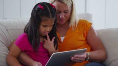Using digital tablet — Stockvideo