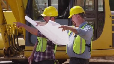 Workers by excavation equipment — Stock Video