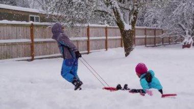 Kids pulling sled — Stock Video