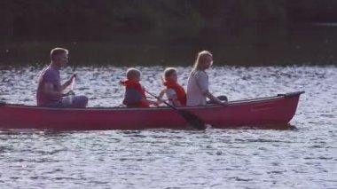 Family paddling canoe — Stock video